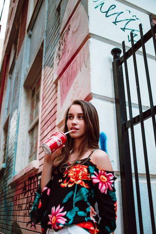 Безкоштовне стокове фото на тему «Coca-Cola, аерозольна фарба, безалкогольні напої, бетонна стіна»