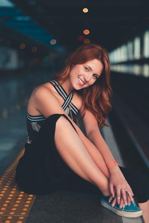 Základová fotografie zdarma na téma brunetka, focení, krásná žena, nástupiště metra