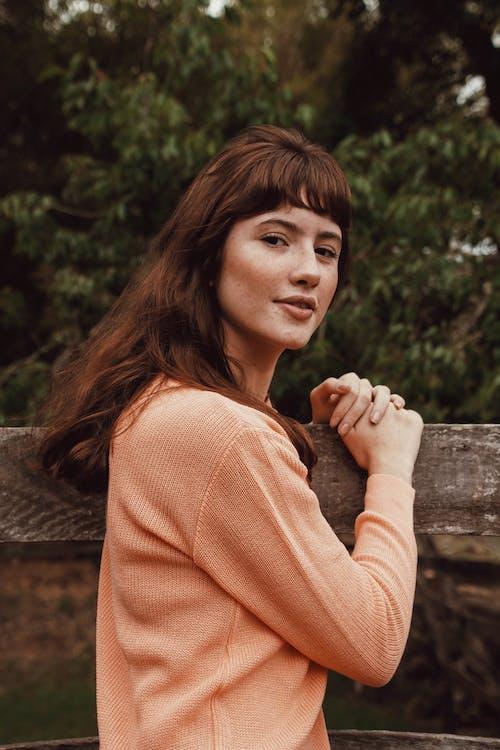 Безкоштовне стокове фото на тему «брюнетка, Гарний, дерев'яна огорожа, жінка»