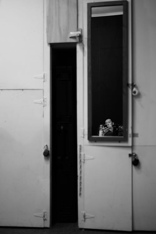 Δωρεάν στοκ φωτογραφιών με άνδρας, άνθρωπος, ασπρόμαυρο, δωμάτιο