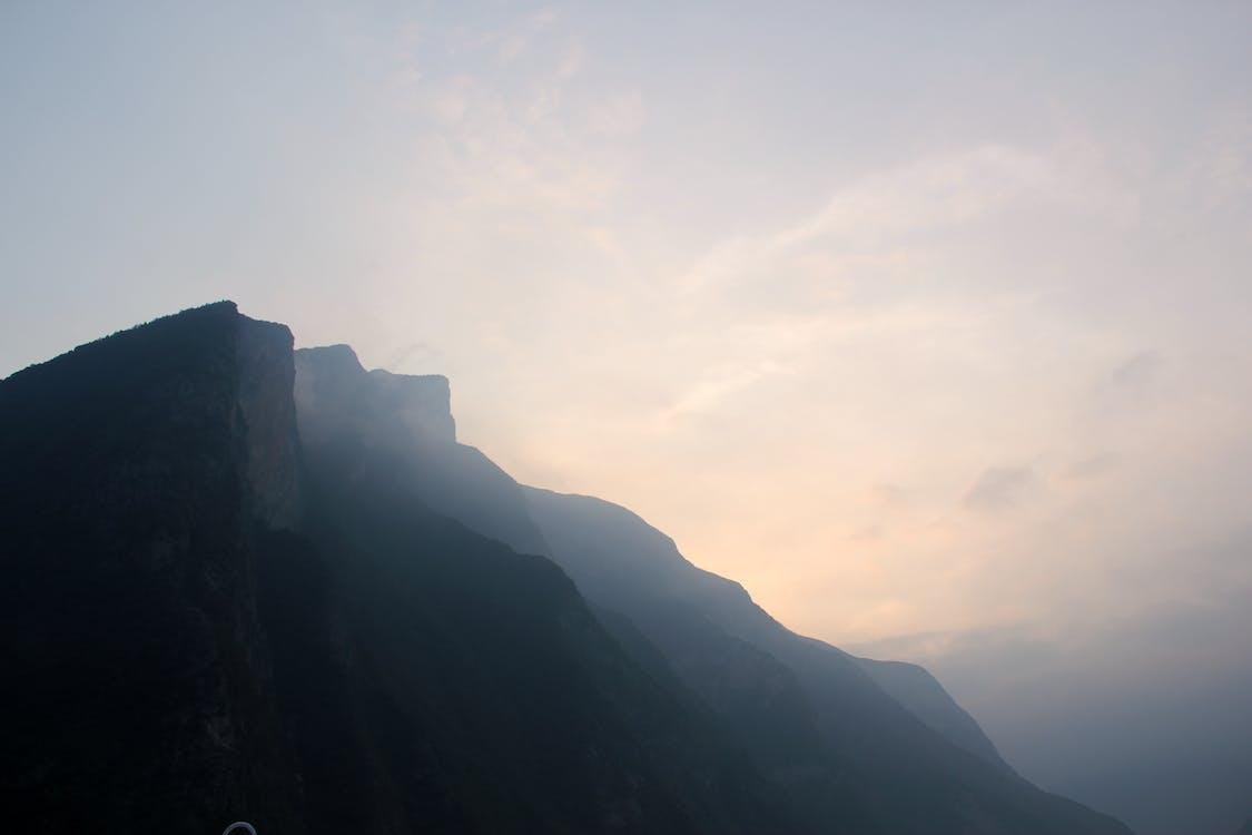 bergen, molnig, solnedgång