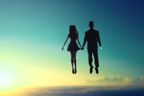 Foto profissional grátis de casal, cônjuges, flutuando, homem
