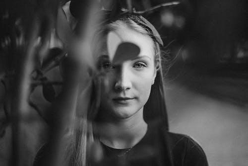 Foto stok gratis background hitam, fotografi monokrom, gadis cantik, hitam dan putih