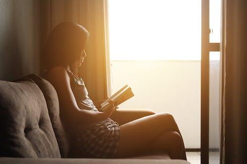 光, 坐, 女人, 女士 的 免費圖庫相片