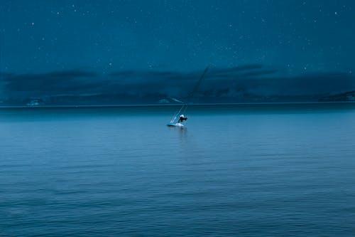 Gratis lagerfoto af båd, baggrund, bjerge, blå