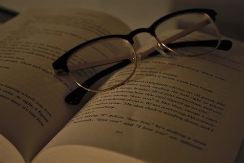 Безкоштовне стокове фото на тему «окуляри, стокові фото, сторінки, сторінки книги»