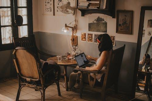Ingyenes stockfotó beltéri, digitális nomád, hordozható számítógép, nő témában