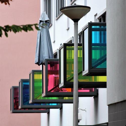 Darmowe zdjęcie z galerii z apartament, architektura, kolorowe okna, kolorowy