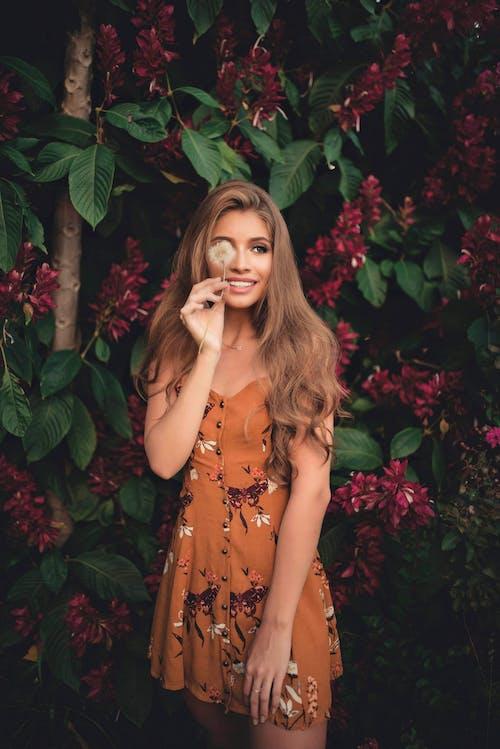 Gratis arkivbilde med blomst, bruke, ha på seg, kjole