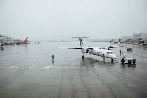 Photos gratuites de aile d'avion, avion, ciel gris, nuages