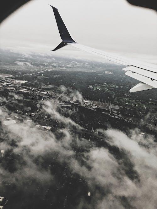 Fotobanka sbezplatnými fotkami na tému krídlo lietadla, let, letecký záber, letectvo
