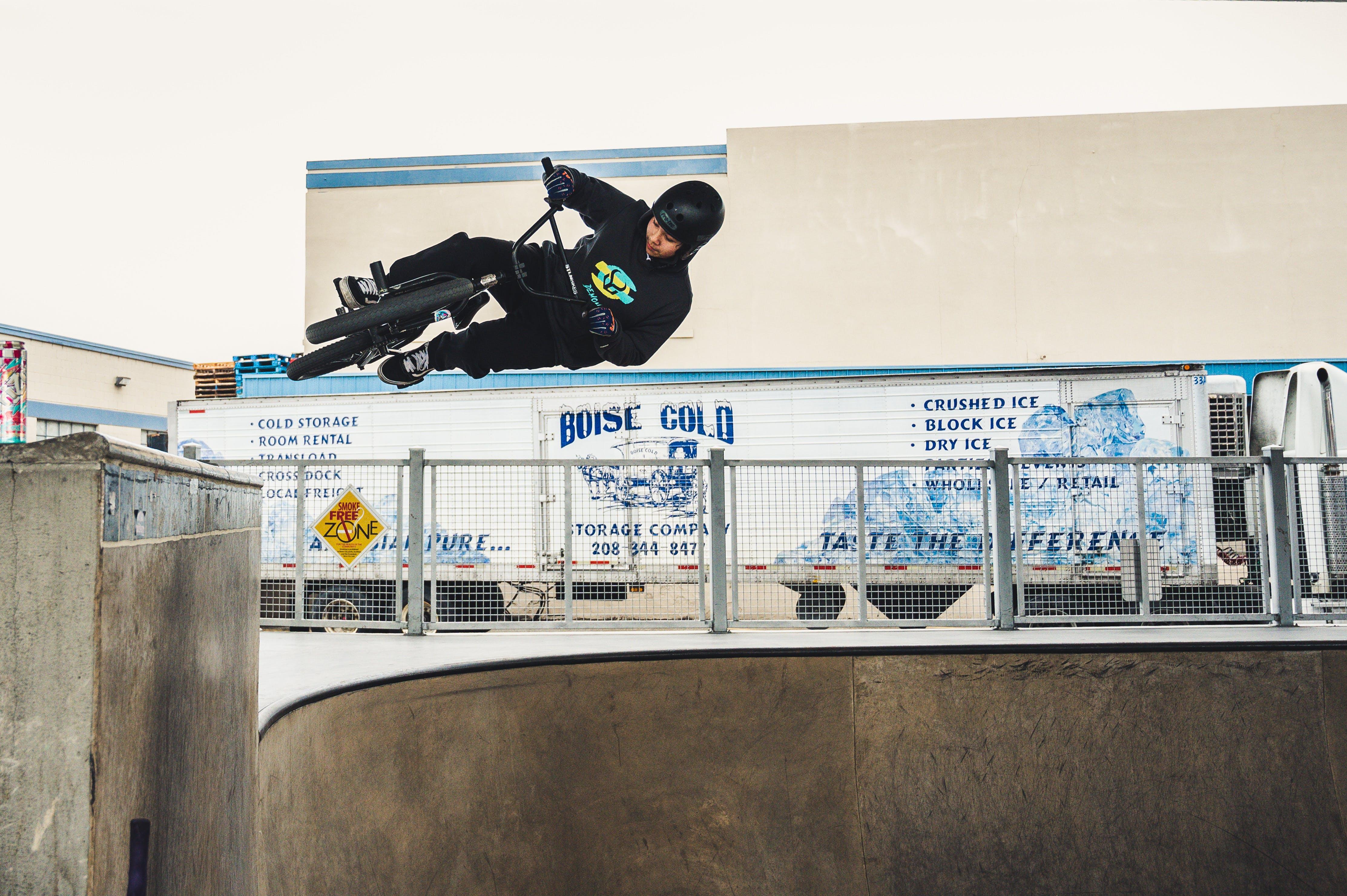 Kostenloses Stock Foto zu action, fahrrad, mann, park