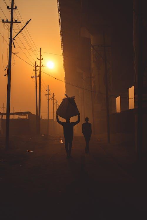 Kostenloses Stock Foto zu brücke, der indische verkäufer reist mit schwerem lu auf der straße, foto des tages, früher morgen