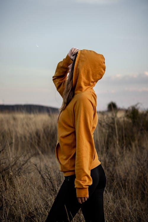 Frau, Die Einen Hoodie Trägt