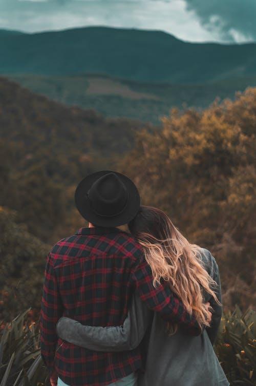 Foto profissional grátis de abraçando, afeição, ao ar livre, atraente