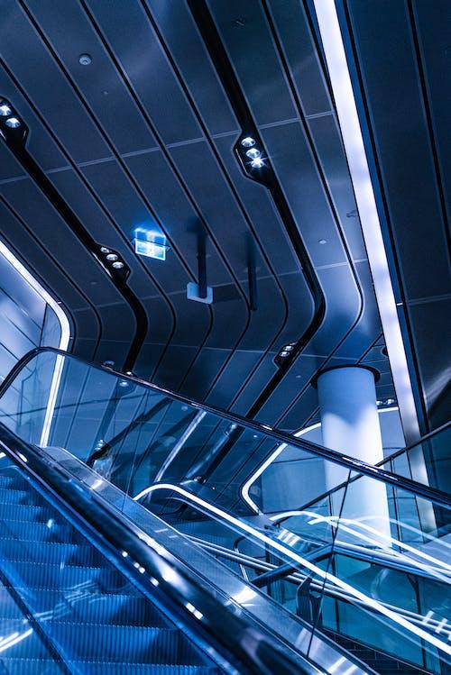 Foto d'estoc gratuïta de arquitectura, edifici, escala mecànica, perspectiva