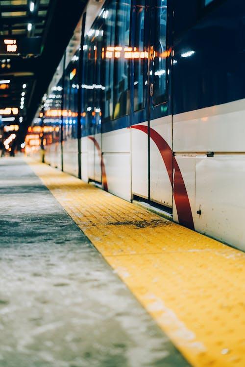 Foto profissional grátis de contemporâneo, estrada de ferro, locomotiva, reflexão