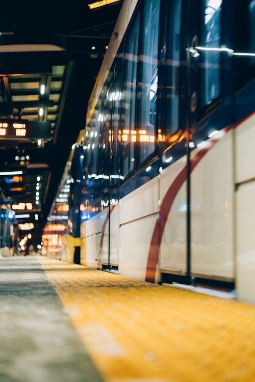 Fotos de stock gratuitas de entrenar, estación de metro, ferrocarril, luces