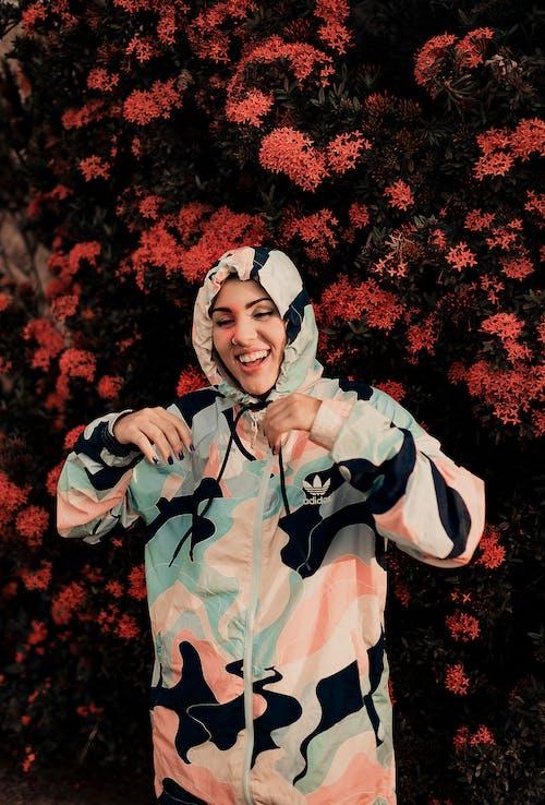 Fotobanka sbezplatnými fotkami na tému krásna žena, maskovanie, mikina s kapucňou, oblečenie na von