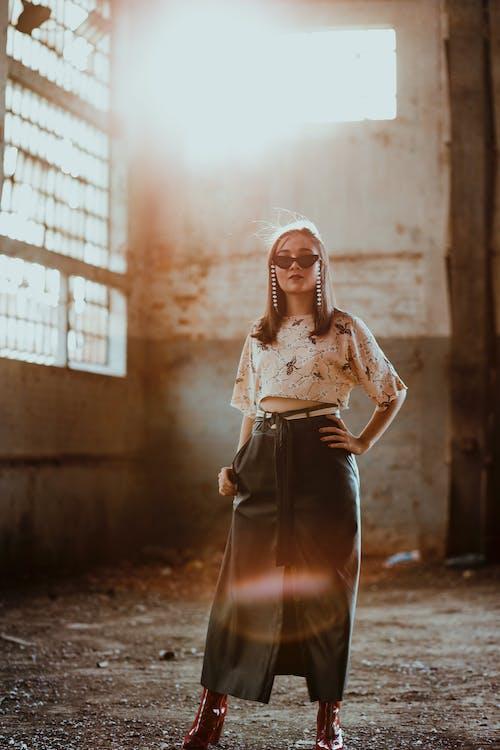 Kobieta W Kwiecistym Topie I Maxi Spódnicy