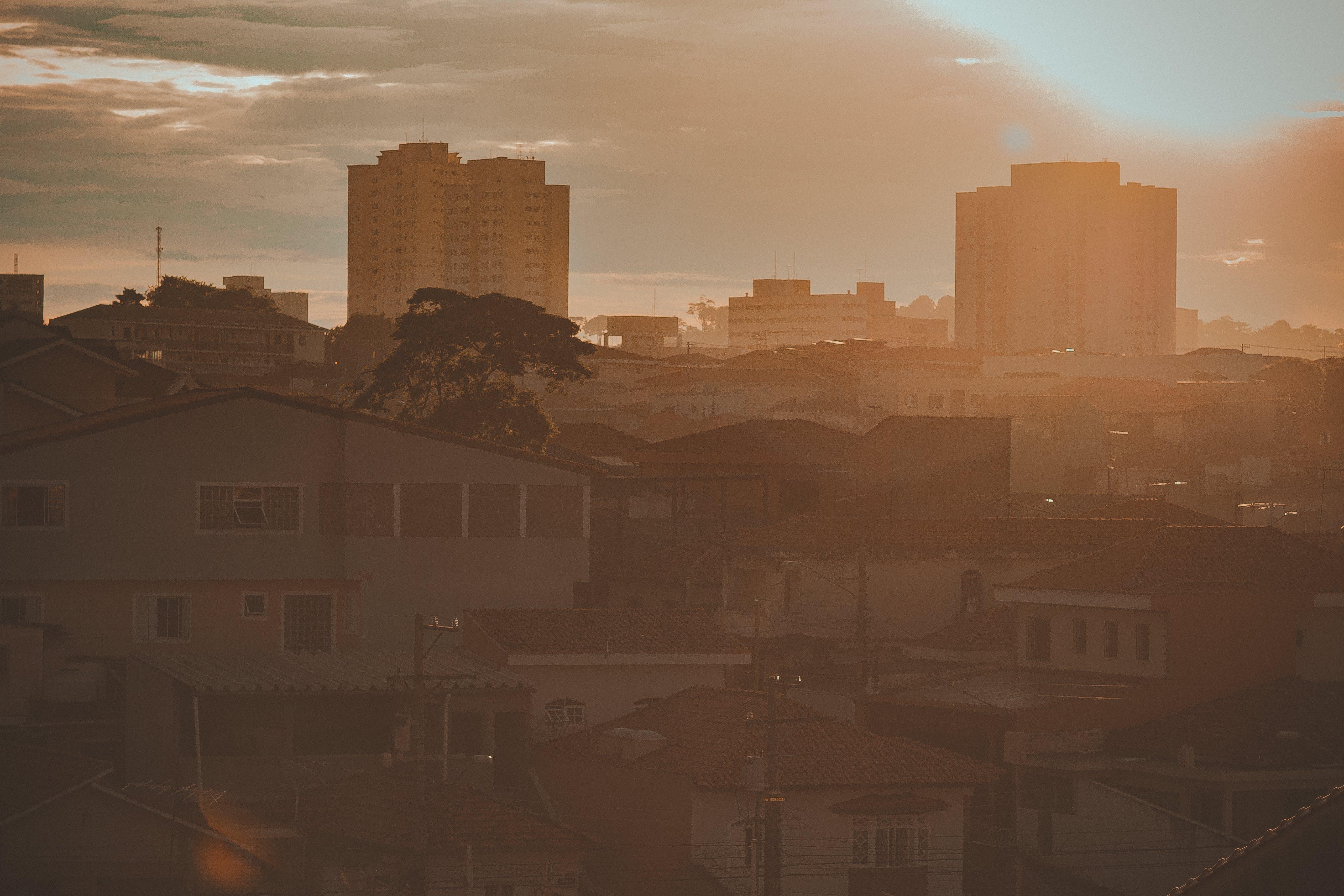 Kostenloses Stock Foto zu bairro, casas, goldene sonne, luz do sol
