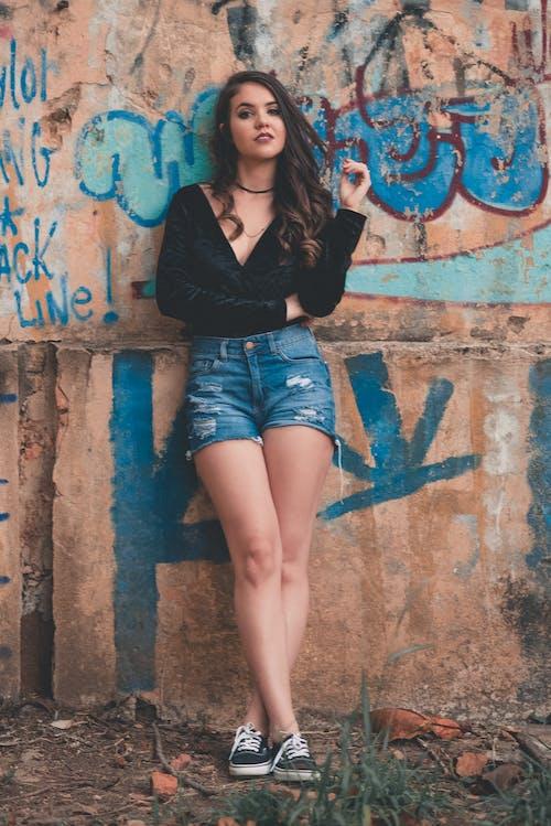 Fotobanka sbezplatnými fotkami na tému dievča, dlhé vlasy, džínsy, graffiti