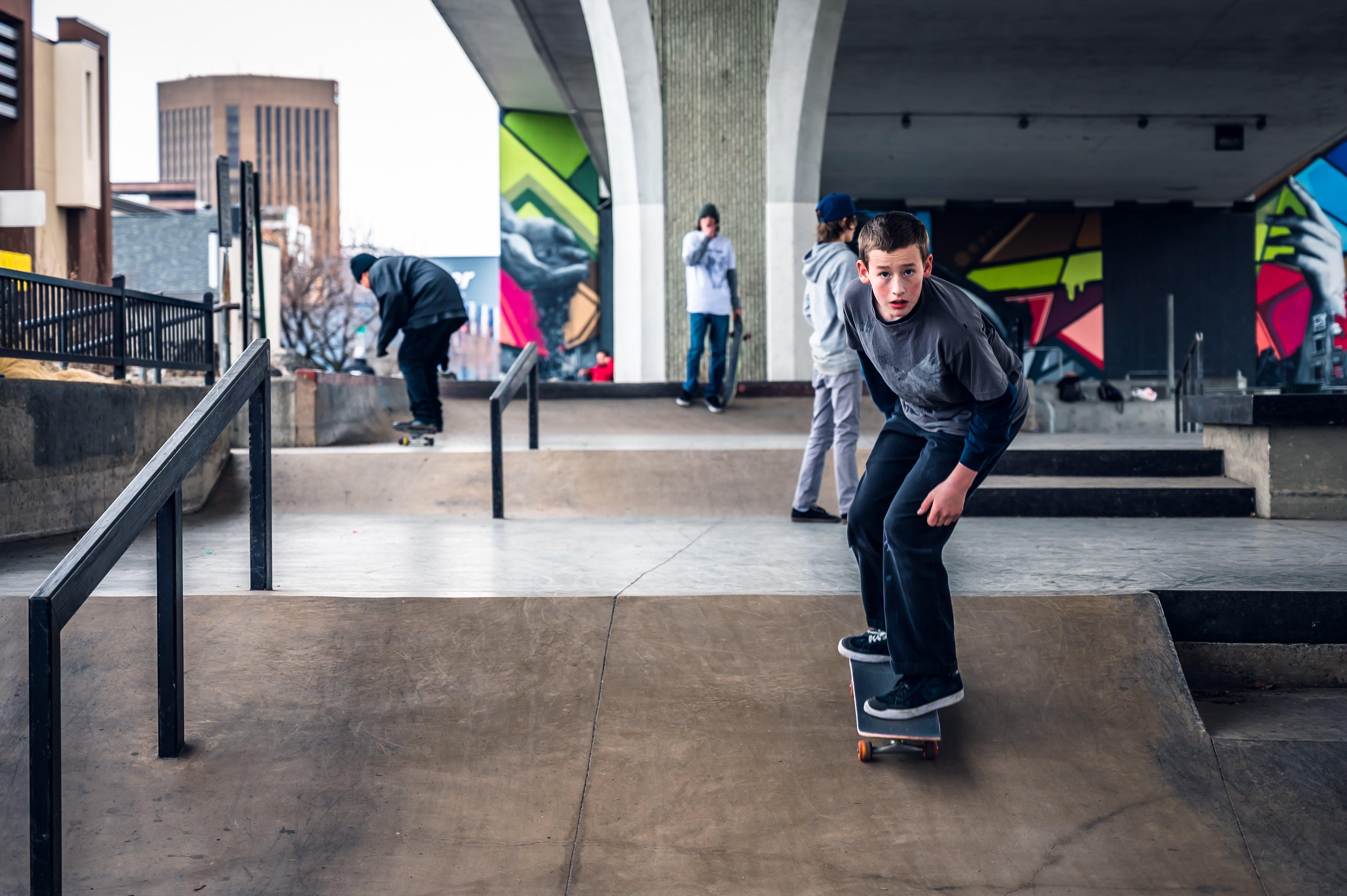 Photos gratuites de bâtiment, faire du skateboard, gens, hommes