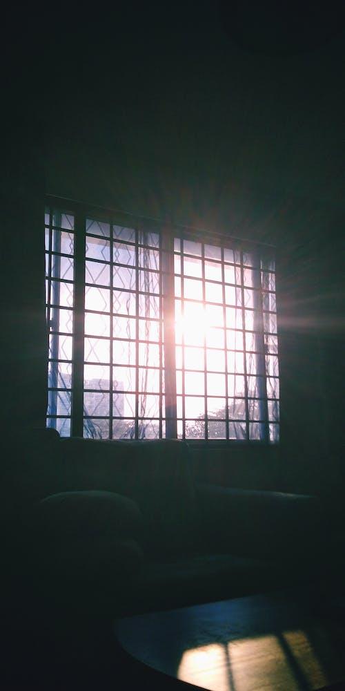 Kostnadsfri bild av kyrkfönster, ljusstråle, mörk