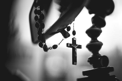 Základová fotografie zdarma na téma katolicismus, katolík, kříž, růženec