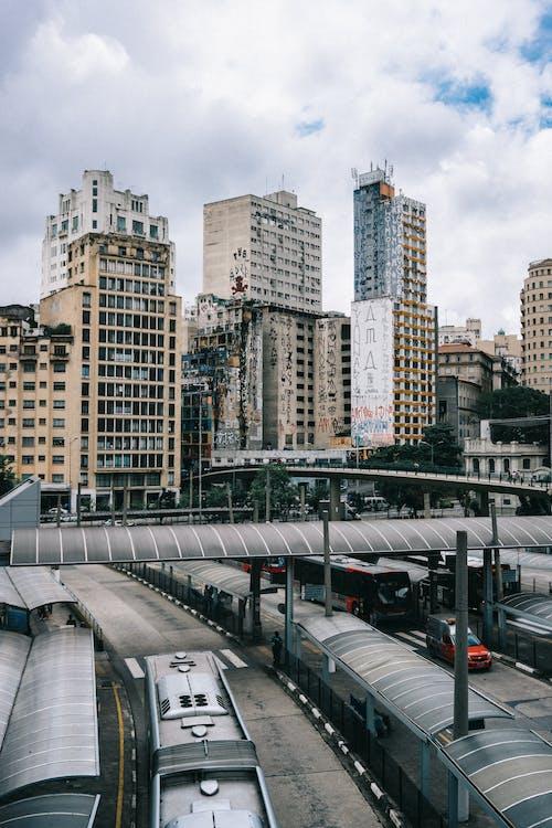 Darmowe zdjęcie z galerii z architektura, autobus, autostrada, biura