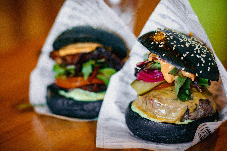 Darmowe zdjęcie z galerii z cheeseburger, chleb, drewniany stół, fast food