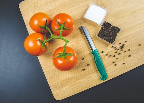 ahşap kesme tahtası, baş aşağı, domates, düz zemin içeren Ücretsiz stok fotoğraf