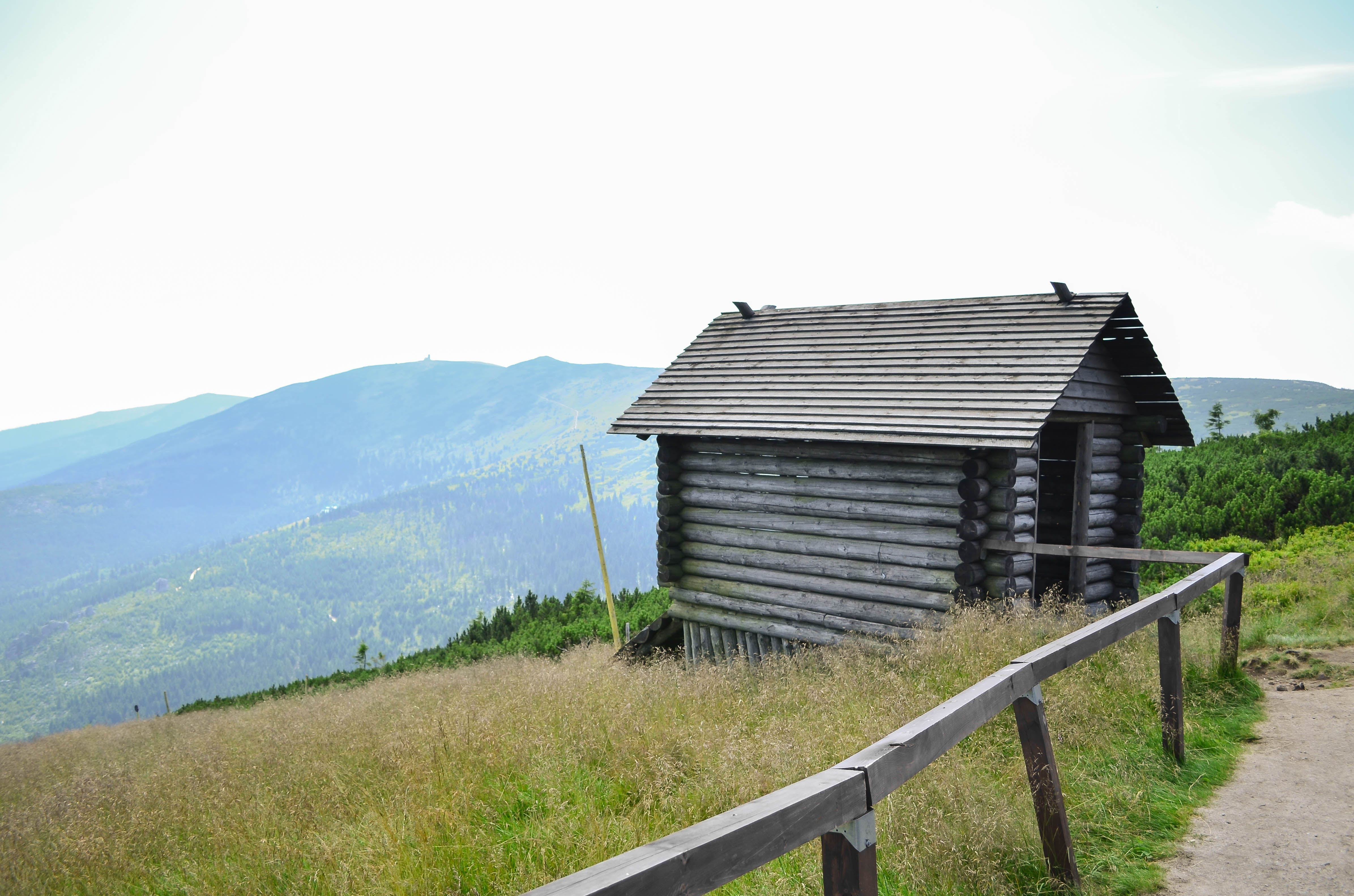 Gratis lagerfoto af bjerge, eng, hytte