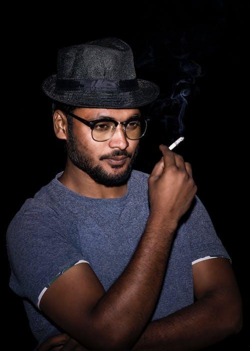 Gratis stockfoto met portret, sigaret, zwart
