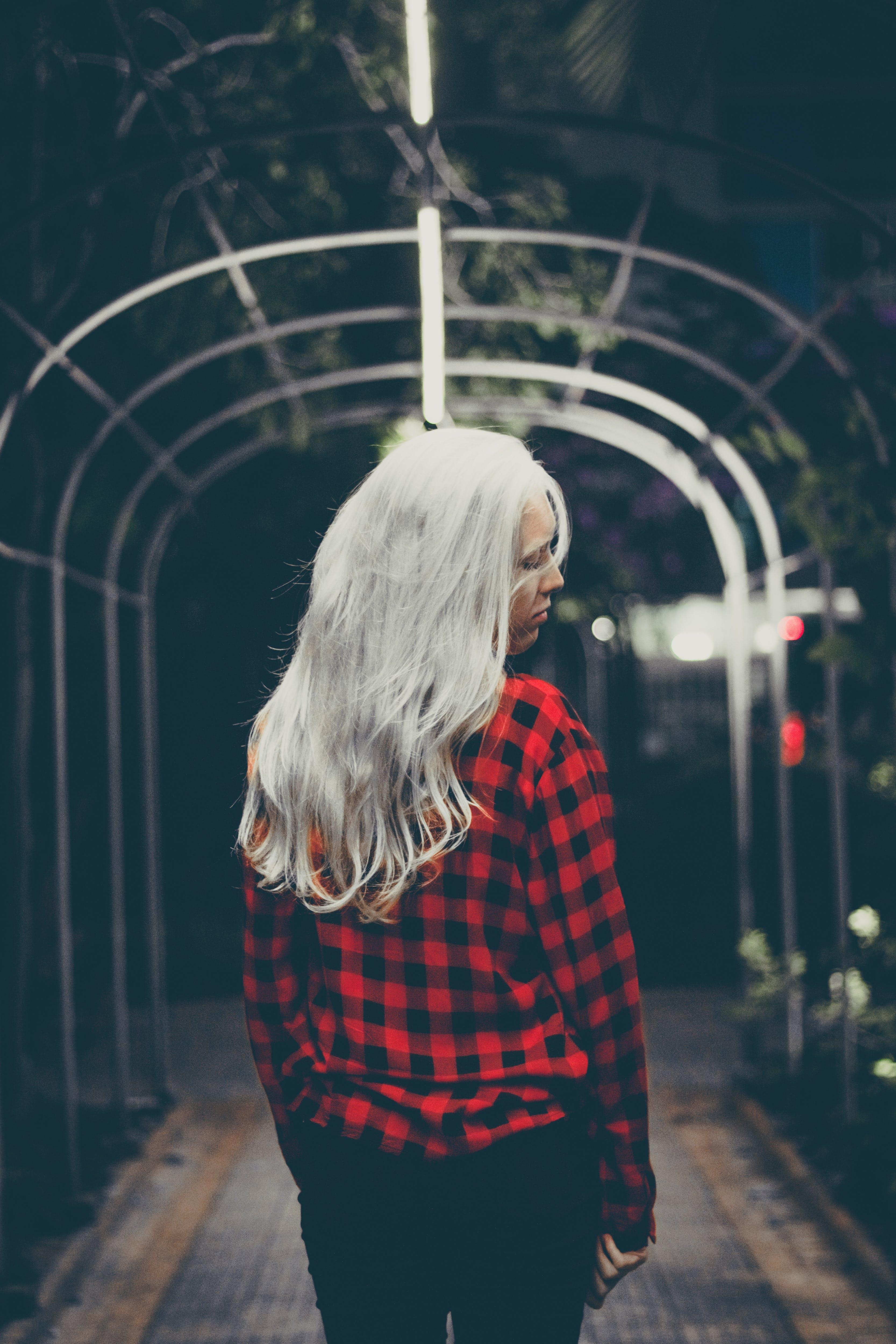 Fotos de stock gratuitas de actitud, cabello, calle, camisa a cuadros