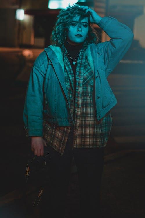 Fotos de stock gratuitas de azul, ciudad, luz verde, mujer