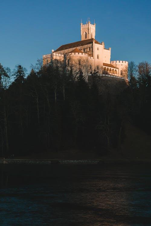 Fotos de stock gratuitas de bosque, castillo, colina, sol
