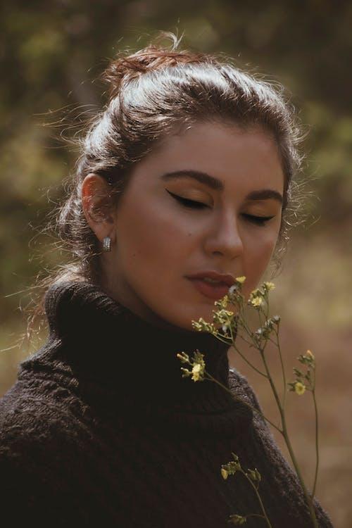 감은 눈, 공원, 꽃, 머리의 무료 스톡 사진