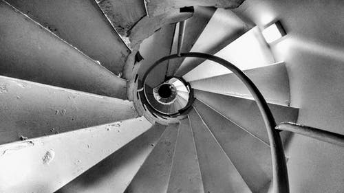 Darmowe zdjęcie z galerii z czarno-biały, kręte schody, nostalgia, schody