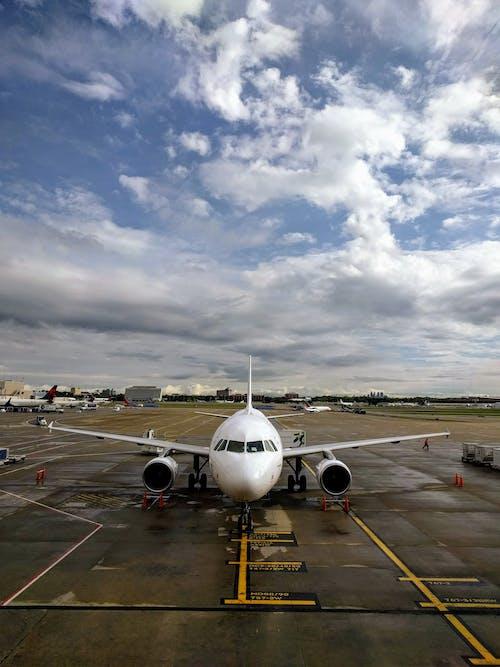 Darmowe zdjęcie z galerii z błękitne niebo, lotnisko, pas startowy, przygoda