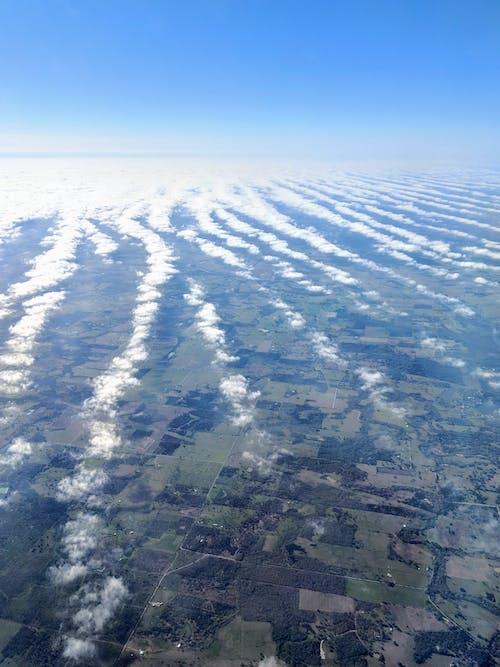 Darmowe zdjęcie z galerii z błękitne niebo, chmury, krajobraz, patrzenie w dół