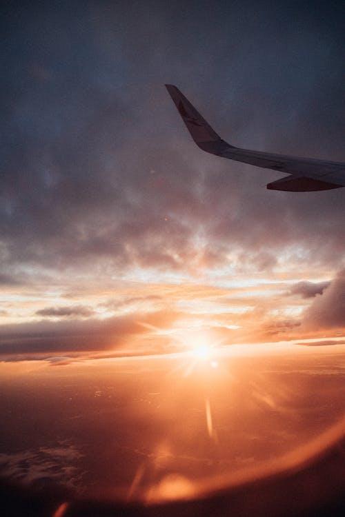 Photos gratuites de à contre-jour, aile d'avion, aube, ciel spectaculaire