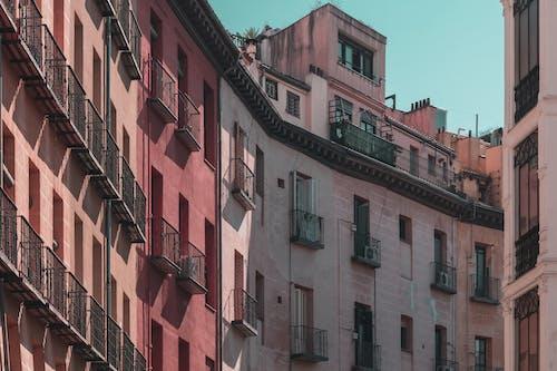 Безкоштовне стокове фото на тему «Windows, архітектурне проектування, балкони, бетон»