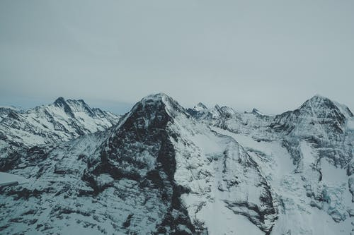 Gratis arkivbilde med dramatisk, eventyr, fjelltopp, forkjølelse