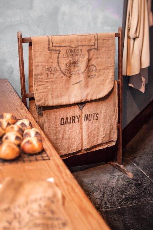 Ảnh lưu trữ miễn phí về bàn gỗ, bánh mì, bề mặt, cửa hàng bánh mì