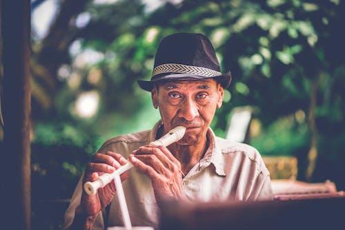 Fotobanka sbezplatnými fotkami na tému človek, exteriéry, fedora, flauta