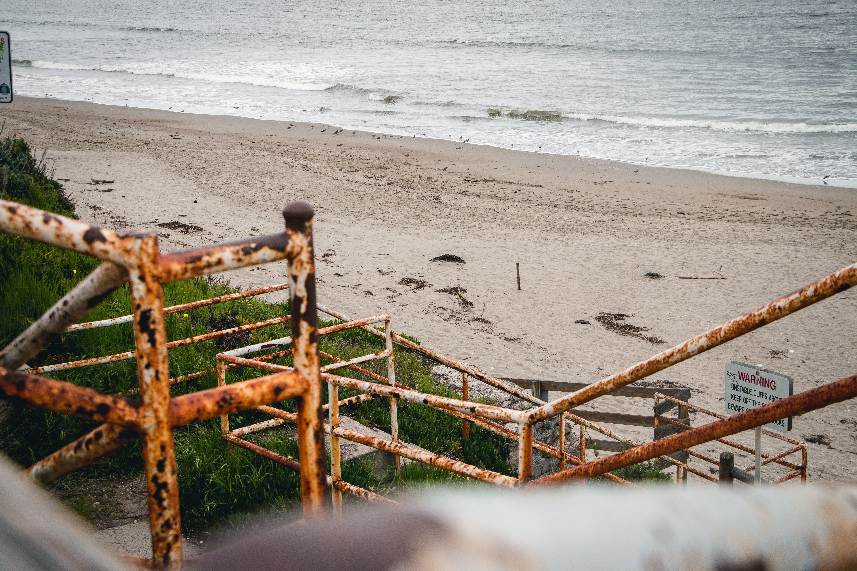 Ilmainen kuvapankkikuva tunnisteilla hiekkaranta, kaide, pilvinen, portaat