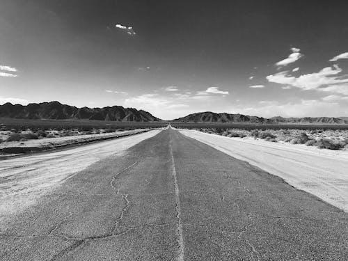 Gratis lagerfoto af asfalt, bjerge, dagslys, fortov
