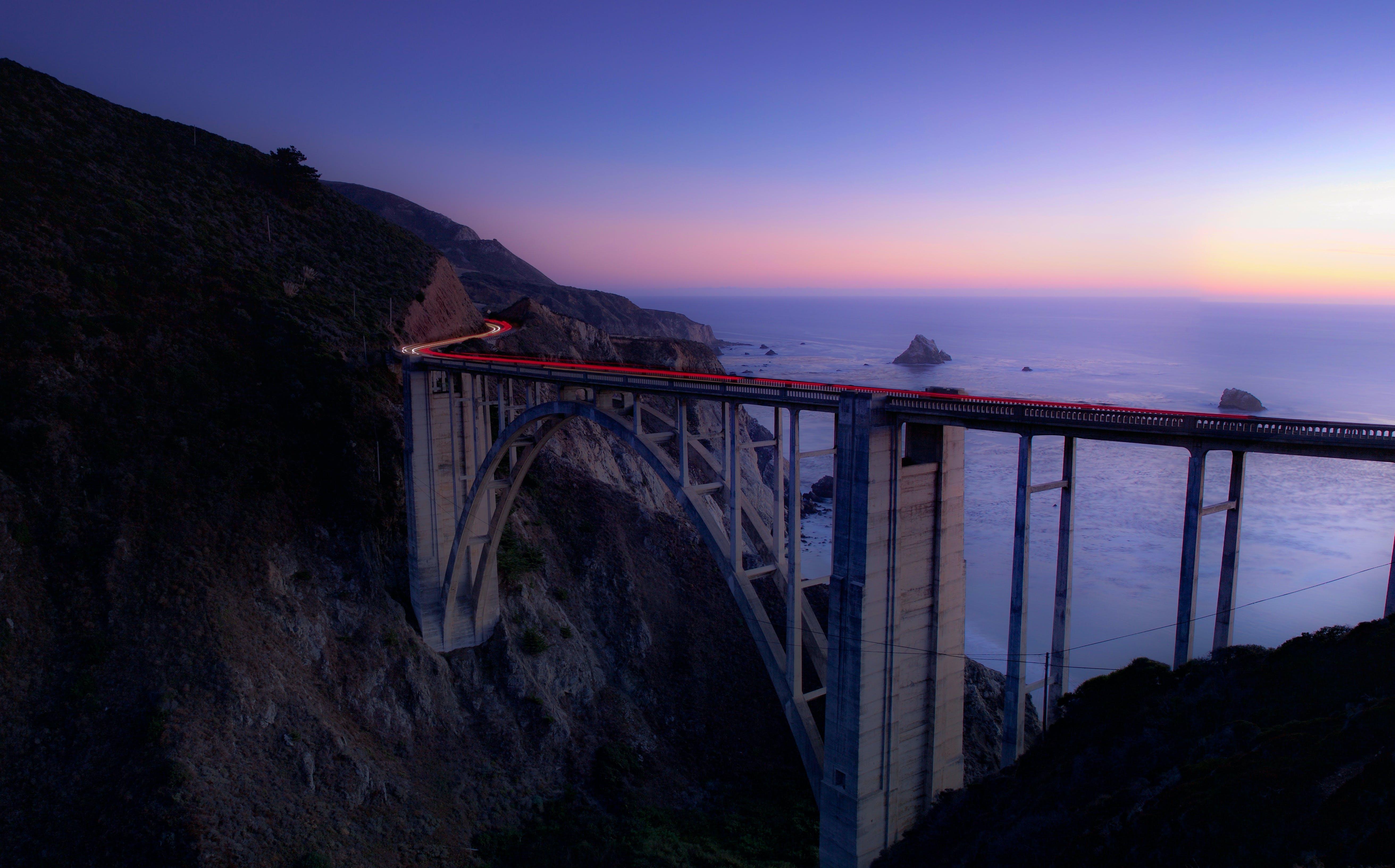 Gratis arkivbilde med arkitektur, bro, daggry, fjell