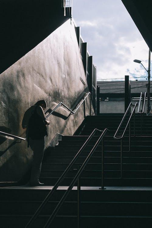 açık hava, adam, adımlar, aşındırmak içeren Ücretsiz stok fotoğraf